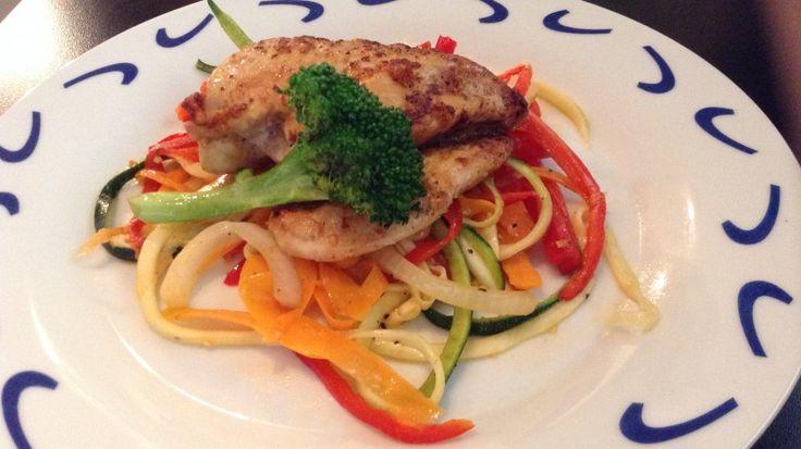 grønnsaker strimler grønnsaksnudler sunn middag squash gulrot paprika kylling