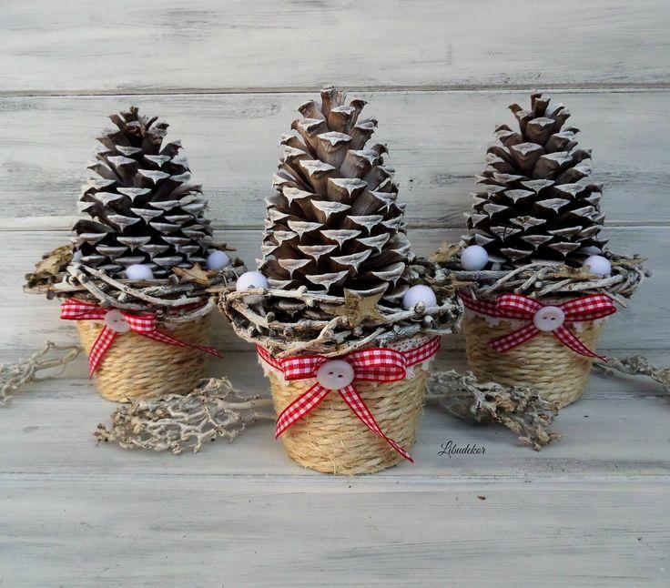 Vánoční dekorace...šiškobraní 3ks Vánoční dekorace pro radost. Květináčky jsou omotané přírodním provázkem. Dozdobené velkou borovou šiškou. Malými věnečky z modřínu, bambulkami a hvězdičkami. Květník je dozdoben krajkou, károvou stužkou a knoflíkem. velikost: cca 17.5x10.5cm Milí příznivci, protože se nám blíží nejkrásnější svátky v roce, připravila ...
