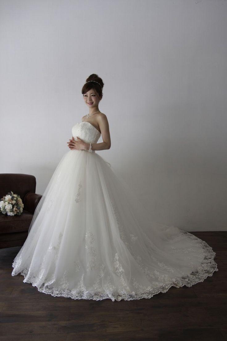Malinda (マリンダ)モデル着用 - 銀糸のレースを使用した、正統派のプリンセスラインのドレス。 こちらはモデル着用で撮影した写真を掲載しています。 髪型や小物で、ドレスの印象が大きく変わりますので、ご参考にされてみてください。