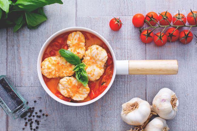 La rana pescatrice al sugo di pomodoro fresco è un secondo piatto di mare saporito. Le carni magre di questo pesce sono perfette per una cena leggera.