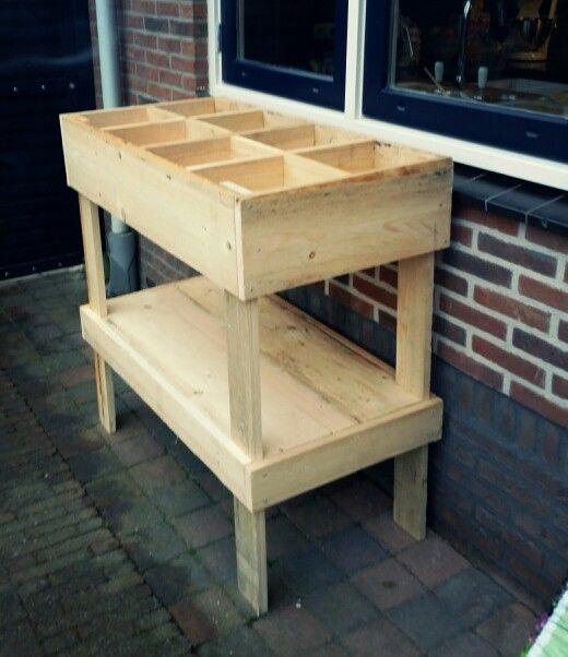 Zelfgemaakte kruidentuin van hout :)