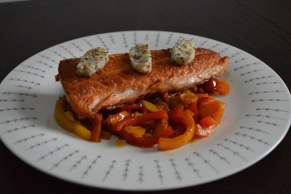 Náš prvá paleo recept na prípravu chutného, zdravého lososa s bylinkovým ghee na paprikách od blogerky Barbory z blogu orvokki.sk
