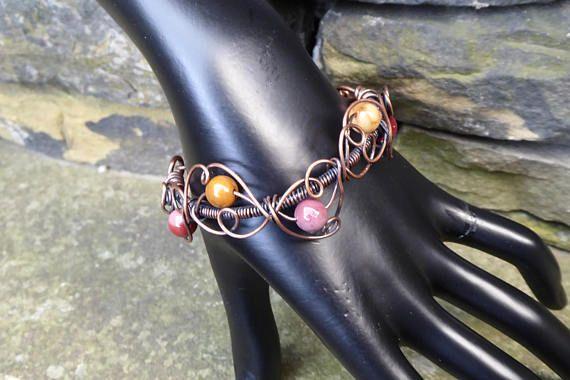 Mookaite Jaspis Armband. Ich liebe Mookait wegen seiner vielen Farbvariationen - aus Senf, rosa. Diese schönen drei Viertel Armreif Kurven um das Handgelenk und wird durch fünf Mookait Edelsteine akzentuiert. Dieser Armreif ist völlig ein Bio Freiform-Design, so dass sie alle