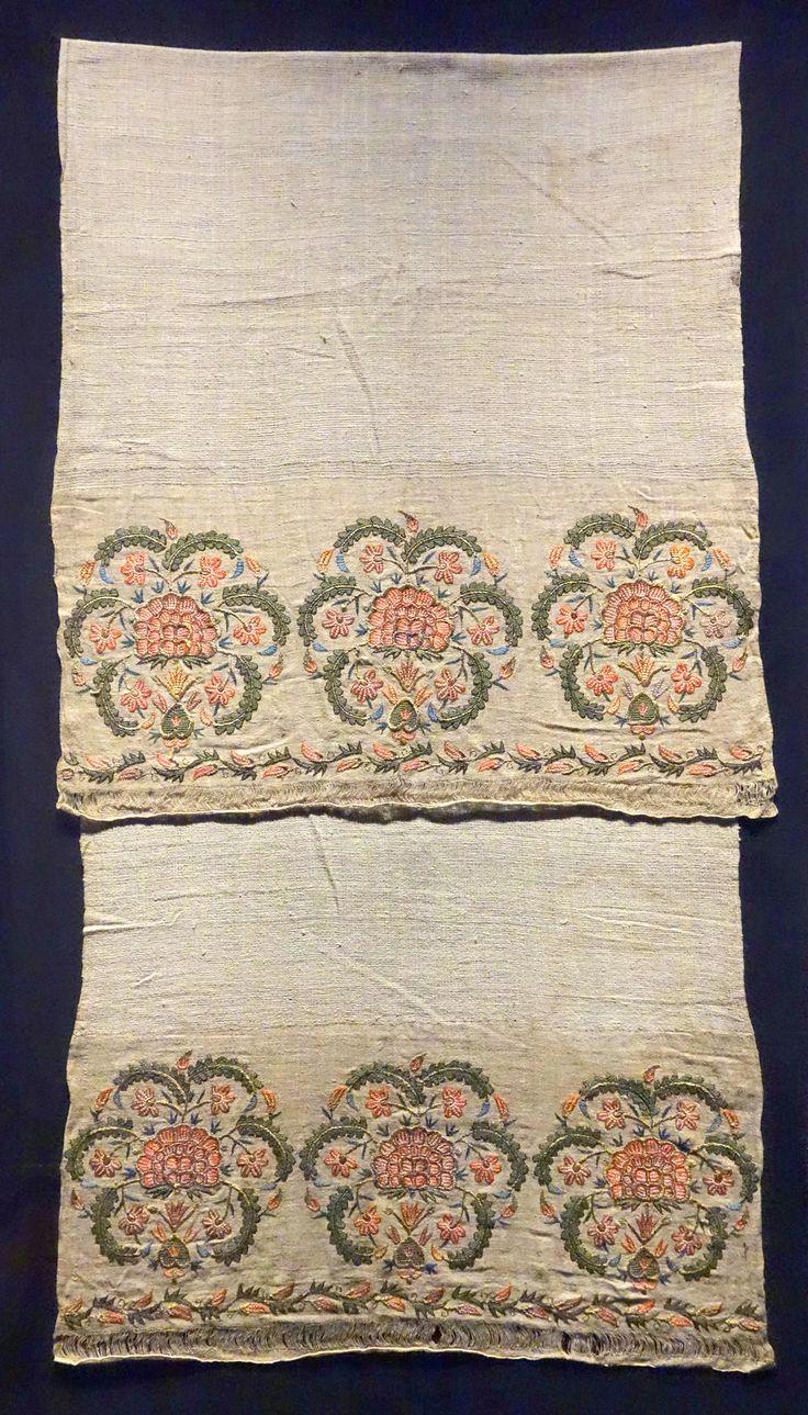 Hand_towel,_Ottoman,_1800s,_embroidery,_silk_on_linen_-_Museum_für_Völkerkunde_Dresden_-_DSC08171.JPG (2994×5247)