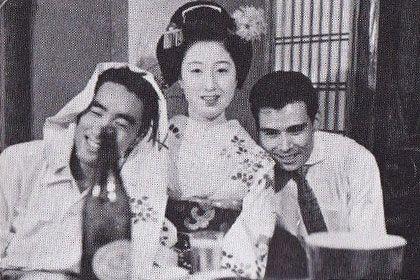【京都祇園で三島由紀夫(左)と県洋二(右):1954年(『新潮日本文学アルバム 三島由紀夫』より)】
