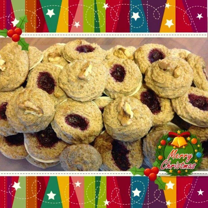 """Ti Küldtétek Recept (A recept beküldője: Sándor Hédi) Karácsonyi """"diólinzer""""       Karácsonyi """"diólinzer""""     4 összetevős villámgyorsan, egyszerűen elkészíthető karácsonyi """"diólinzer""""  RECEPT: Hozzávalók:  210 g tojásfehérje (kb. 6 tojás fehérjéje)"""
