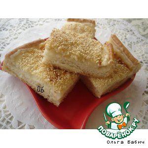 """""""Молочный пирог-турецкая выпечка"""": Мука пшеничная (1 ст -110 г + 3 ст.л. для крема) — 4 стак. Дрожжи (сухие, 8 г) — 1 ст. л. Соль — 1 ч. л. Вода — 200 г Сахар (стакан по 160 г+ десертная ложка) — 1 стак. Кунжут (для присыпки) Молоко (стакан по 200 г) — 2 стак."""