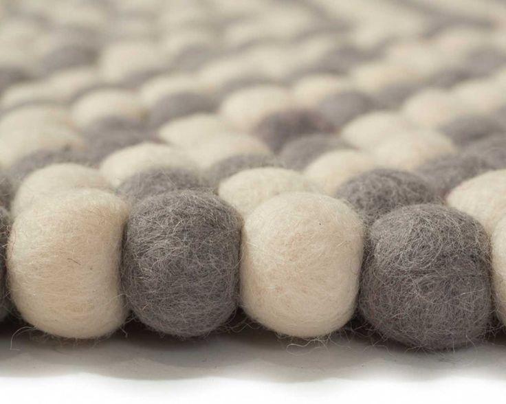 白とグレーの2色のフエルトボールで作ったら、こんなにお洒落なラグに仕上がりました。洗練されたデザイン「クーキー」は、存在感がありつつ、お部屋に馴染みやすい1枚。ラグの色選びで迷っている人にもオススメです^^ ¥18,303〜 http://www.sukhi.jp/round-kukee-felt-ball-rug.html #フェルト #interior #インテリア #エシカル #エシカルインテリア #ネパール #フェルトボール #ソファー #リビングルーム