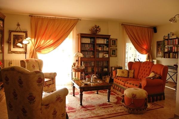 All'interno di un complesso residenziale, proponiamo un appartamento con ingresso indipendente in ottime condizioni composto da un ampio salone, soggiorno con cucinino, due camere da letto e servizi. Posto auto sottostante l'abitazione e giardino condominiale. Rif:R280.