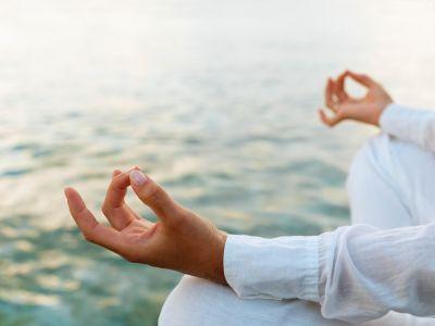 Meditationsforscher-Achtsamkeit verändert das Gehirn | In Deutschland vermisst Ott eine gewisse, wie er es nennt, spirituelle Dimension im Alltag. Bei anderen Völkern, in denen die Religion eine größere Rolle spielt, sei dies viel selbstverständlicher. Er selbst hat so eine Dimension Anfang der 1990er Jahre kennen gelernt, während seiner Yogalehrer-Ausbildung. Zwei Jahre lang trainierte der damalige Psychologiestudent Ott in Frankfurt am Main im Mahindra-Yoga-Zentrum. -