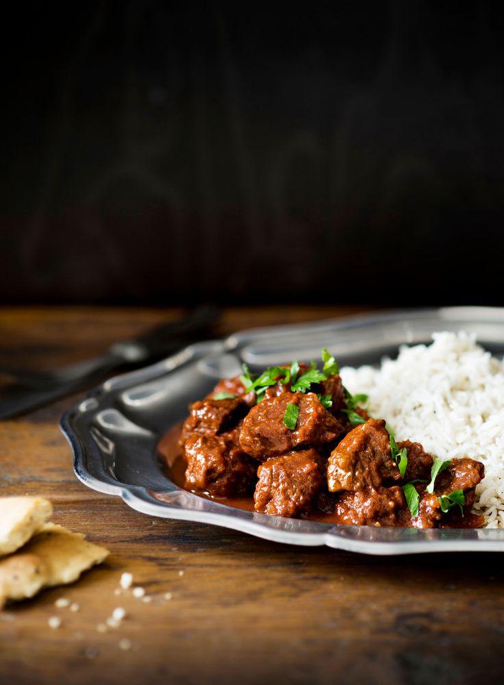 Lammascurry | K-ruoka  Intialaiseen tyyliin maustettu lammascurry maistuu naanleivän tai basmatiriisin kanssa. #pääsiäinen #karitsa