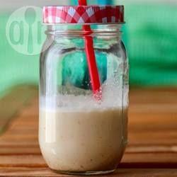 Mandelmilch selber machen - Selbstgemachte Mandelmilch ist schnell gemixt, man braucht allerdings einen leistungsstarken Standmixer. Perfekt für Leute, die laktoseintolerant sind oder sich vegan ernähren. @ de.allrecipes.com