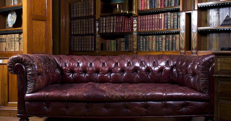 Cómo reparar un sofá de cuero pelado. El pelado o el descamado de los muebles de cuero generalmente es un problema que afecta al acabado, no al propio cuero. Puedes reparar los problemas menores de tu sofá por tu cuenta, utilizando un kit de reparación para cuero y vinilo que incluye varios tintes, para que coincidan con el color de tu sofá. Primero deberías practicar en un trozo de ...