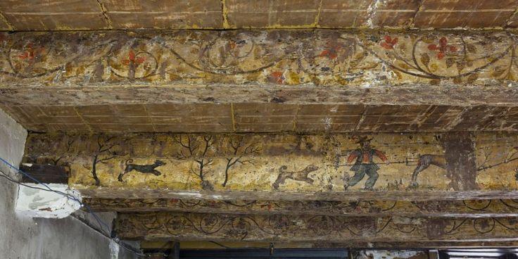 In de Delftse binnenstad, achter de gevel van een rijksmonument aan de Oude Delft, zijn op de houten plafondbalken bijzondere schilderingen aangetroffen: te midden van vele krullen en bladeren is een jachttafereel afgebeeld. Interieurschilderingen met dit thema zijn uiterst zeldzaam. Al eerder zijn geschilderde 'lange… Lees verder→