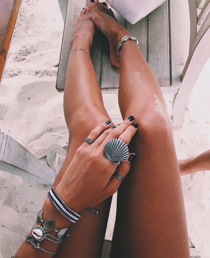 Quien dijo que no quedan estupendas joyas adecuadas en un look de playa????