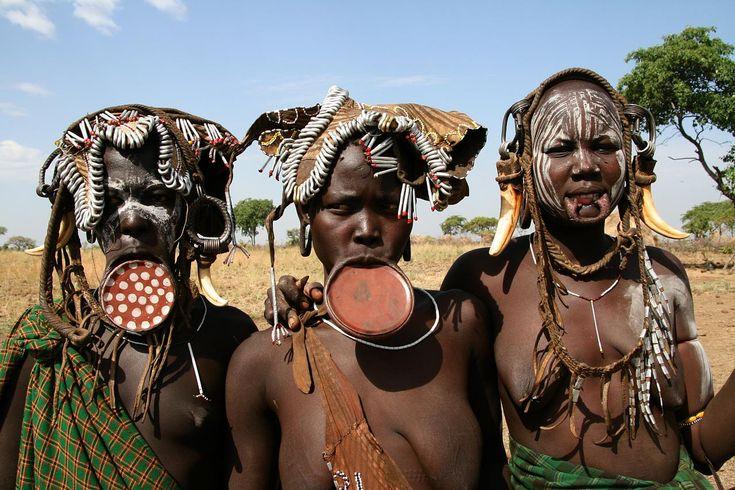 De vrouwen van de Mursi-stam hebben een lipschotel als versiering zoals wij juwelen dragen.