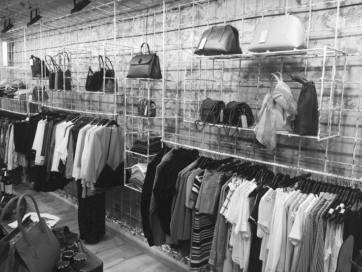 M I L A K O   Lugar  diseñado por y para  la creatividad. Desde las paredes hasta los muebles, todo el espacio ha sido  realizado  artesanalmente por Agustín Elorza. Siendo creado exclusivamente para MILAKO concept store .