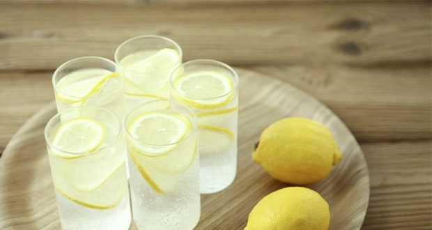 woda z cytryną i kurkumą