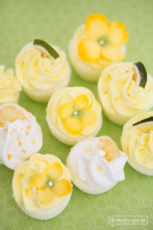Här är citrusdoftande badbomber. De har vi dekorerat med zest, blommor och torkade citron- och limeskivor. Tips! Gör lila cupcakes och dekorera med väldoftande och lugnande lavendel.