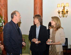 24日夜、キャロライン・ケネディ駐日米国大使(右)主催のレセプションに姿を見せたザ・ローリング・ストーンズのミック・ジャガー(中央)=在日米国大使館提供