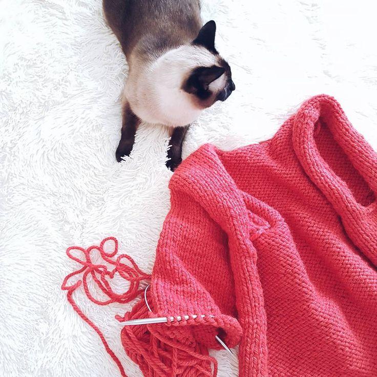 Ну почему так сложно фотографировать красный?🎈 Он выходит какой-то кислотный на фото ( говорю о телефоне)  Такой шикарный в жизни цвет кардигана, получается на фото ярким и не таким, как нужно🙈  А еще, на фотоаппарат мне сложно фотографировать черный❕  У вас бывает такое с цветом?  #вяжу #вязание #вязаниеспицами #вязаниеназаказ #knitt #knitting #knittwear #кардиган