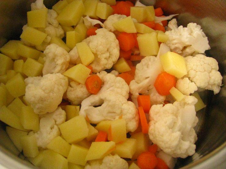 Karfiolovu polievku robievam hustu, skor ako hlavne jedlo, trebars na veceru. Krupicove halusky a mrazeny hrasok v nej su povinnostou. Čas prípravy: 35 min + priprava Počet porcií (kusov): 2 porci...
