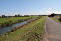 今度の休みは埼玉県富士見市の富士見サイクリングコースでサイクリングはいかがでしょうか 伊佐島橋付近から伊佐島橋付近まで延びるサイクリングロードで川沿いだからとても気持ちいですよ 秋にはコスモスが沿道に咲くので一層気分爽快 tags[埼玉県]