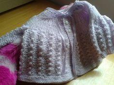 Olá meus queridos,  mais um PAP de casaquinho de bebêem tricôsaindo do forno.      Usei a lã super bebê com acetato e agulhas para tricô n...