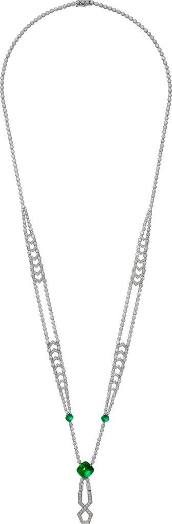 CARTIER. Chaîne en or gris rhodié sertie d'une émeraude cabochon carré de Zambie de 6.65 carats, deux émeraudes pain de sucre pour 1.43 carat, deux diamants taille baguette pour 0.56 carat, diamants taille brillant, longueur de la chaîne: 70cm. #Cartier #RésonancesDeCartier #2017 #HighJewellery #HauteJoaillerie #FineJewelry #Emerald #Diamond