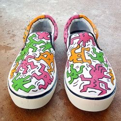 Inspired by 80's artist and pop icon, these Keith Haring inspired canvas sneakers are the bees knees. Full tutorial.