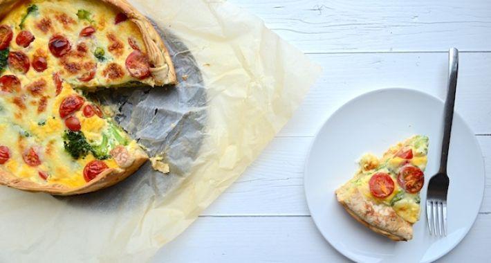 Een lekker en makkelijk recept voor hartige taart is deze broccolitaart met mozzarella en tomaat.
