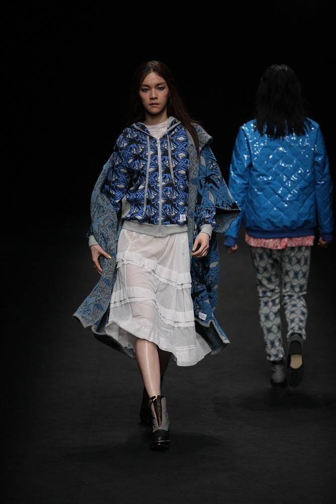 Steve J & Yoni P 12 F/W Seoul Fashion Week 'Take Off' Show! 'and the moon came nearer..' 어디엔가 진짜 존재할 것 같은 볼드한 만화 속 프린트의 집업과 화이트 티어드 드레스의 믹스 매치!