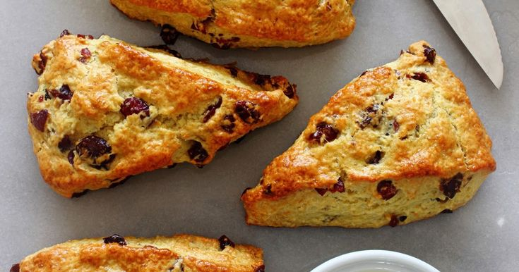 Scones. Ik ben er dol op, want wat is er nu lekkerder dan een luie (zondag)ochtend beginnen met een ontbijt van warme scones? Helemaal ni...