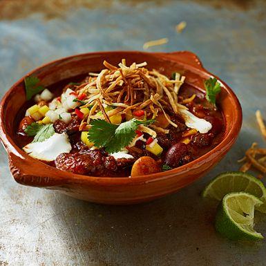Ett festligt storkok på chili con carne som kan förberedas i god tid.Låt varken antalet ingredienser eller den långa koktiden avskräcka dig, dina gäster kommer att tacka dig! Bjud med rostat tortillabröd i tunna strimlor och en fruktig salsa med färsk mynta.