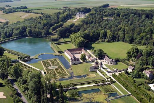 Le domaine de Villarceaux (Val d'Oise), un site prestigieux avec son parc classé «jardins remarquables» et ses deux châteaux, manoir du XVIe siècle et château du XVIIIe