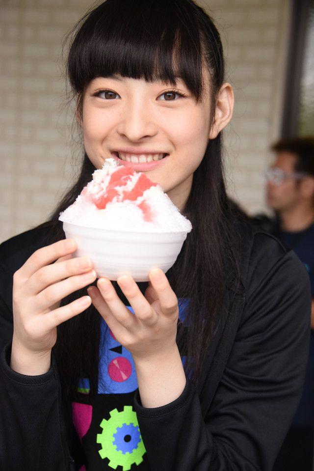 いちご練乳かき氷を手に満面の笑みを浮かべる松野莉奈。 - エビ中、夏の恒例「ファミえん」でずぶ濡れ!水もしたたるいい中学生に の画像ギャラリー 28枚目(全100枚) - 音楽ナタリー