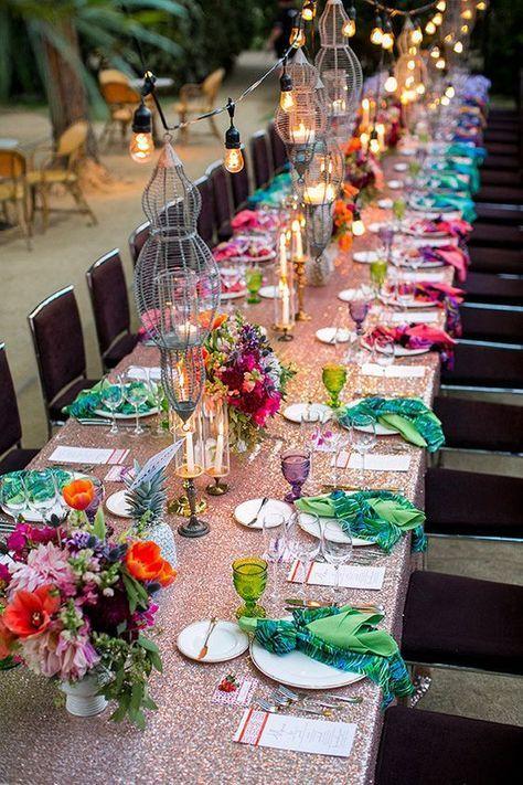 Bunte Hochzeitsdekoration mit Blumen und Palmenblätter für Eure Dschungel Hochzeit.