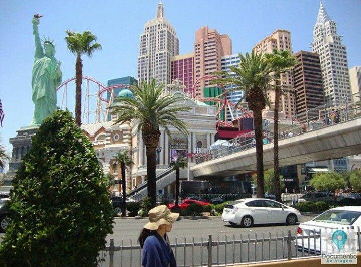 Las Vegas é a capital do entretenimento do mundo, e é famosa por seus enormes cassinos-hotéis.  Las Vegas is The Entertainment Capital of the World, and is famous for it's mega casino–hotels.