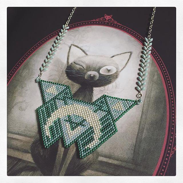 MIS EN VENTE SUR Le Lièvre de Mars (lien dans ma bio) #LeLievreDeMarsShop  #peyote #brickstitch #miyukidelica #miyukibeads #miyuki #tubularbeads #miyukinecklace #plastron #beadingnecklace #necklace #peyotenecklace  #beadingplastron #somethingnew #somethinggreen #emerald #silver #greenandgrey #artdeco #lescontesmacabres #benjaminlacombe #alchemical #alchemic #symbol #blackcat #edgarallanpoe #playingwithneedles #madeinclisson #alittlemarket #perlesandco