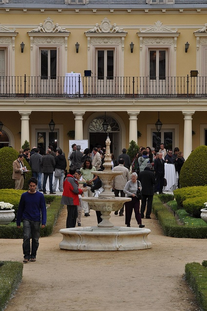 Fundación Triodos - Palacete Duques de Pastrana, Madrid. Asistentes a la conferencia durante la pausa café con productos ecológicos y de comercio justo, en los jardines del Palacete de los Duques de Pastrana.