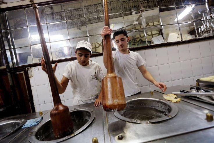 26.11 Ces artisans fabriquent la traditionnelle glace nommée «Bagdash», à Damas, en Syrie.Photo: AFP/Joseph eid