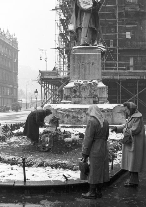 Ferenciek tere (Felszabadulás tér), egy elesett ideiglenes sírja a Pázmány szobor előtt.