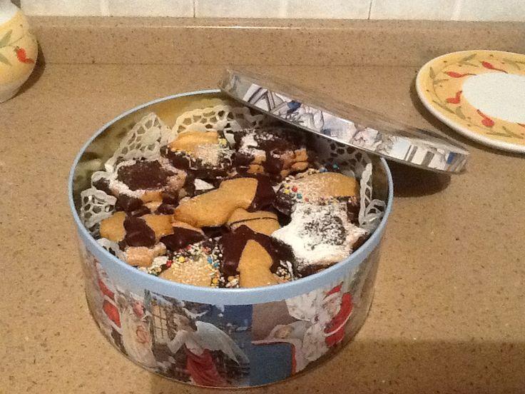 I miei biscotti di Natale.  Ingredienti: 500 g di farina (Timilia e semola di grano duro fine) , 150 g  di sciroppo di agave, 100g di acqua, una bustina di lievito per dolci, 70g di olio di oliva, 70g di olio di semi di girasole,una bacca di vaniglia. Per le decorazioni: cioccolato amaro, zucchero a velo , codette colorate.