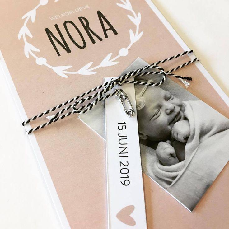 Maak je geboortekaartje extra speciaal door er naast de labeltjes ook een bedeltje aan te hangen. | Geboortekaart | Geboortekaartjes | Labels | DIY |
