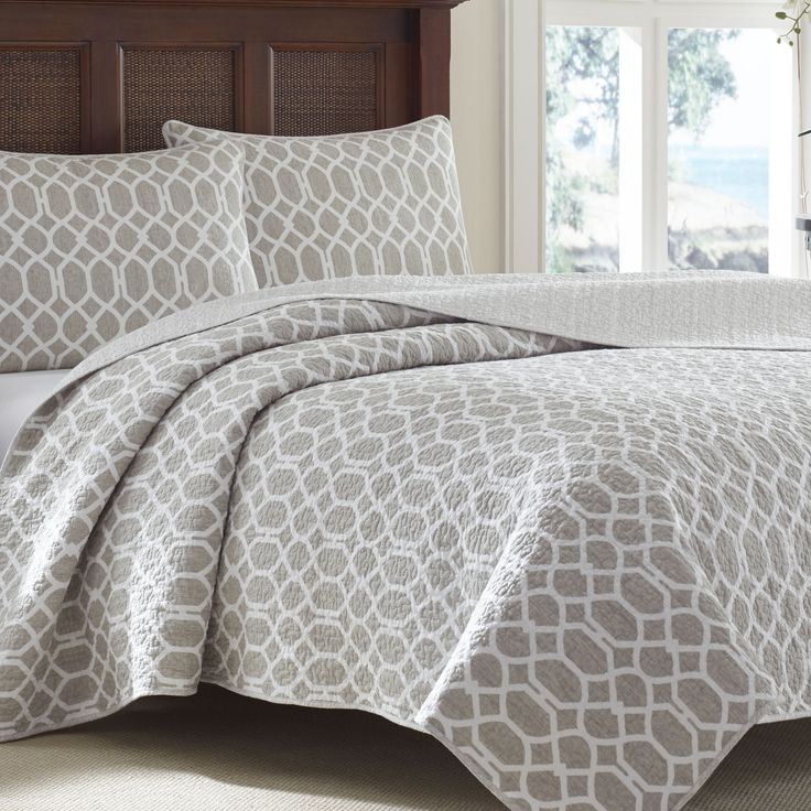This stunning grey lattice detailed quilt set is constructed of quality materials and conveniently machine washable. This set is available in a variety of sizes.