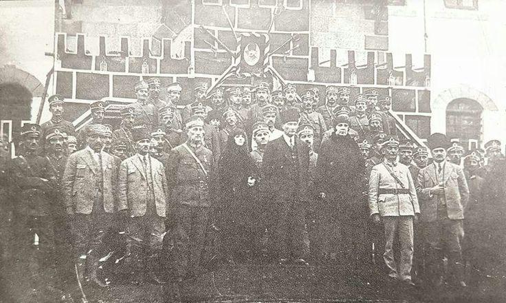 """Trabzon'da...  Salih Bozok anlatıyor:   """"Karadeniz'de bütün kıyı kentlerini birer birer dolaşıyorduk. Trabzon'a geldik. Atatürk Trabzon'da bulunduğu sırada Erzurum'da büyük bir deprem olmuştu. Birçok köylerin yıkıldığını, birkaç yüz vatandaşın öldüğünü haber alan Atatürk hemen deniz gezisini yarıda bıraktı ve """"MEMLEKETİN HER HANGİ TARAFINDA OLAN BİR FELÂKETE BİZ UZAKTA SEYİRCİ KALAMAYIZ"""" diyerek Erzurum'a hareket etti..."""""""