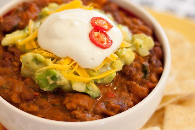 A receita de chilli é uma mistura de feijão com carne moída, bem temperados com cominho, tomilho, pimentões e coentro, que combina com nachos e tortilhas.