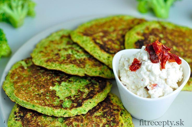 Chutné brokolicové placky s chrenovým cottage dipom, ktoré sa hodia na raňajky obed alebo aj večeru. Toto jedlo je bohaté na bielkoviny a má nízky obsahkalórií. Ingrediencie (na 2 porcie): 150g brokolice 3 vajcia 40g ovsených vločiek(alebo celozrnnej múky) 40g strúhaného syra na dip: 200g cottage cheese 1 PL chrenu 1 ČL horčice 20g sušených […]