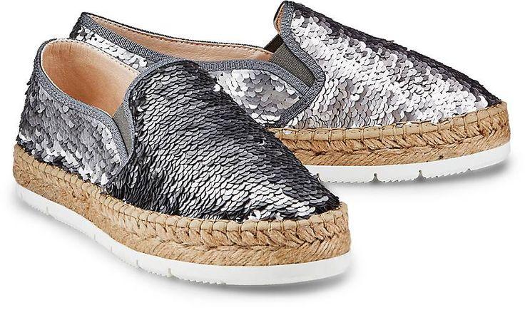 Mit dieser Espadrille-Sandale von Macarena bringen Sie Urlaubs-Feeling in die City. Der schimmernde Pailetten-Besatz in Silber verleiht dem relaxten Design einen glamourösen Chic.
