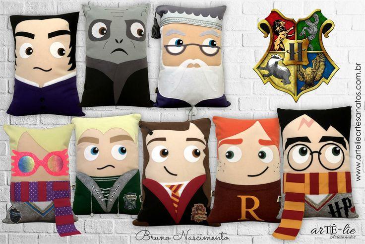 Novidade diretamente do mundo mágico de Harry Potter! <3 Lindas almofadas decorativas. ;) Almofadas medem 43x30 cm  Quer fazer também? Acesse www.artelieartesanatos.com.br ;)  #almofadas #diy #feltro #tecido #hogwarts #potterhead #harrypotter #potter #lumus #rony #weasley #hermione #granger #draco #malfoy #luna #lovegood #snape #voldemort #dumbledore